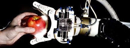 Robot griber et æble